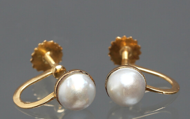 EARRINGS 1 pair with screw, 18K gold, cultured half pearl, Wilhelm Harbeck, Stockholm, 1940s.