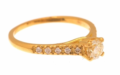 (-), Gold ring, 18 krt., set with a...