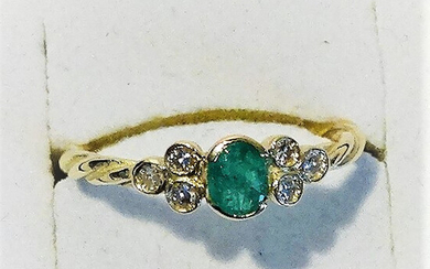 YELLOW GOLD ring with emerald and diamonds.
