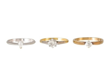 A DIAMOND SOLITAIRE RING, mounted in 18ct yellow gold. Esti...