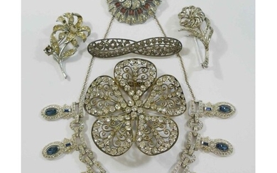 A collection of vintage costume jewellery comprised of a pai...