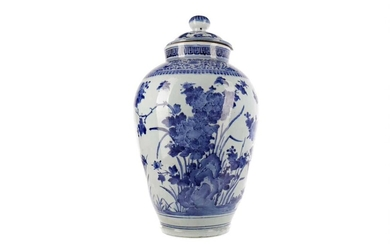 AN EARLY 19TH CENTURY DUTCH DELFTWARE BLUE & WHITE VASE AND COVER