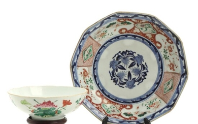 Chinese porcelain angular dish and bowl on wooden stand. 19th-20th century. Diam. 29 and 19 cm. (2) – Bruun Rasmussen Auctioneers of Fine Art