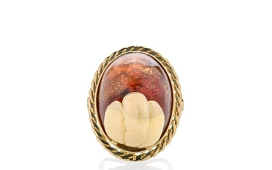 Large ring in yellow gold and amber