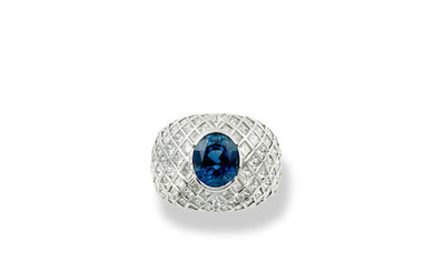 A WHITE GOLD, SAPPHIRE AND DIAMOND RING