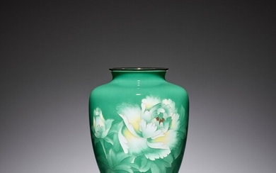 AN EMERALD GREEN CLOISONNÉ ENAMEL VASE WITH PEONY, ATTRIBUTED TO THE WORKSHOP OF ANDO JUBEI...