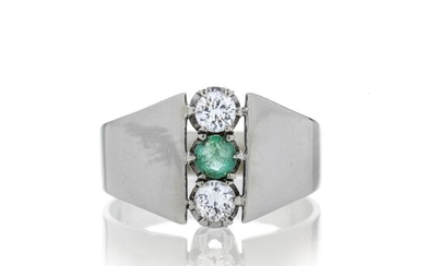 Ring in white gold, diamonds and emerald