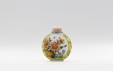 Snuff bottle - Enameled Glass - Flowers and Birds - Apocryphal Qianlong Reign Mark - China - Second half 20th century