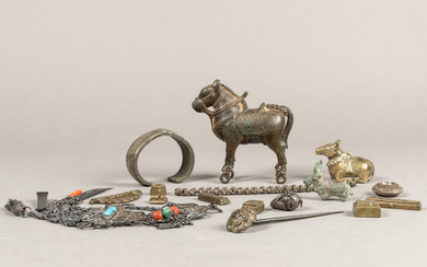 Mixed lot: jewelry, gold weights and miniature bull figures.