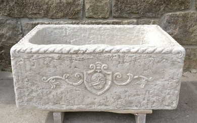 Sink with heraldic coat of arms - 79 x 46 cm. - Biancone marble from Asiago - Second half 20th century