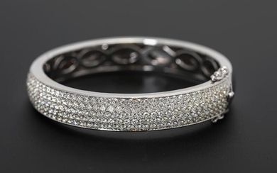 A diamond bangle set with numerous diamonds weighing a total of app. 8.66 ct., mounted in 14k rhodium-plated rose gold. Diam. ca. 5.8 cm. – Bruun Rasmussen Auctioneers of Fine Art
