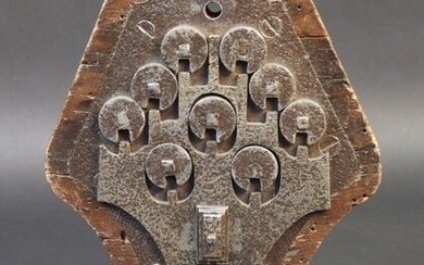 Combination lock. Locking by rotation of nine circular locks. Polygonal lock. Period XVII°, XVIII°. Height 13,3cm. Traces of oxidation and small missing parts.