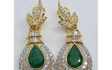 A PAIR OF DIAMOND AND EMERALD CLASSIC EARRINGS SET IN 18K YE...