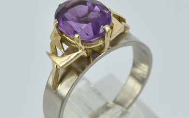 AN 18CT GOLD AND AMETHYST RING