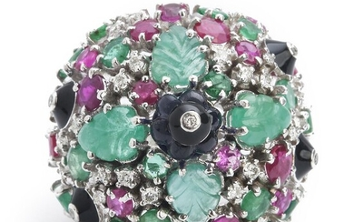 NOT SOLD. An emerald, ruby and diamond ring with circular-cut rubies and emeralds and carved emeralds and sapphires and brilliant-cut diamonds, mounted in 14k white gold. – Bruun Rasmussen Auctioneers of Fine Art