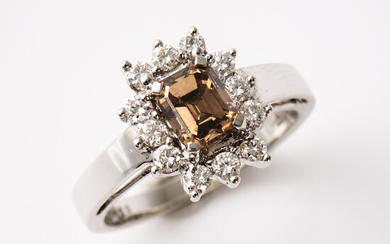 RING, 18 k white gold, emerald cut diamond, approx. 1. 13 ct, quality LYB / I1, bordered by 12 brilliant cut diamonds, total 0. 36 ct.
